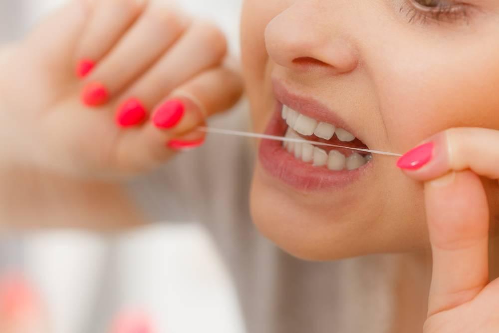 Entenda a importância do fio dental durante a higienização bucal