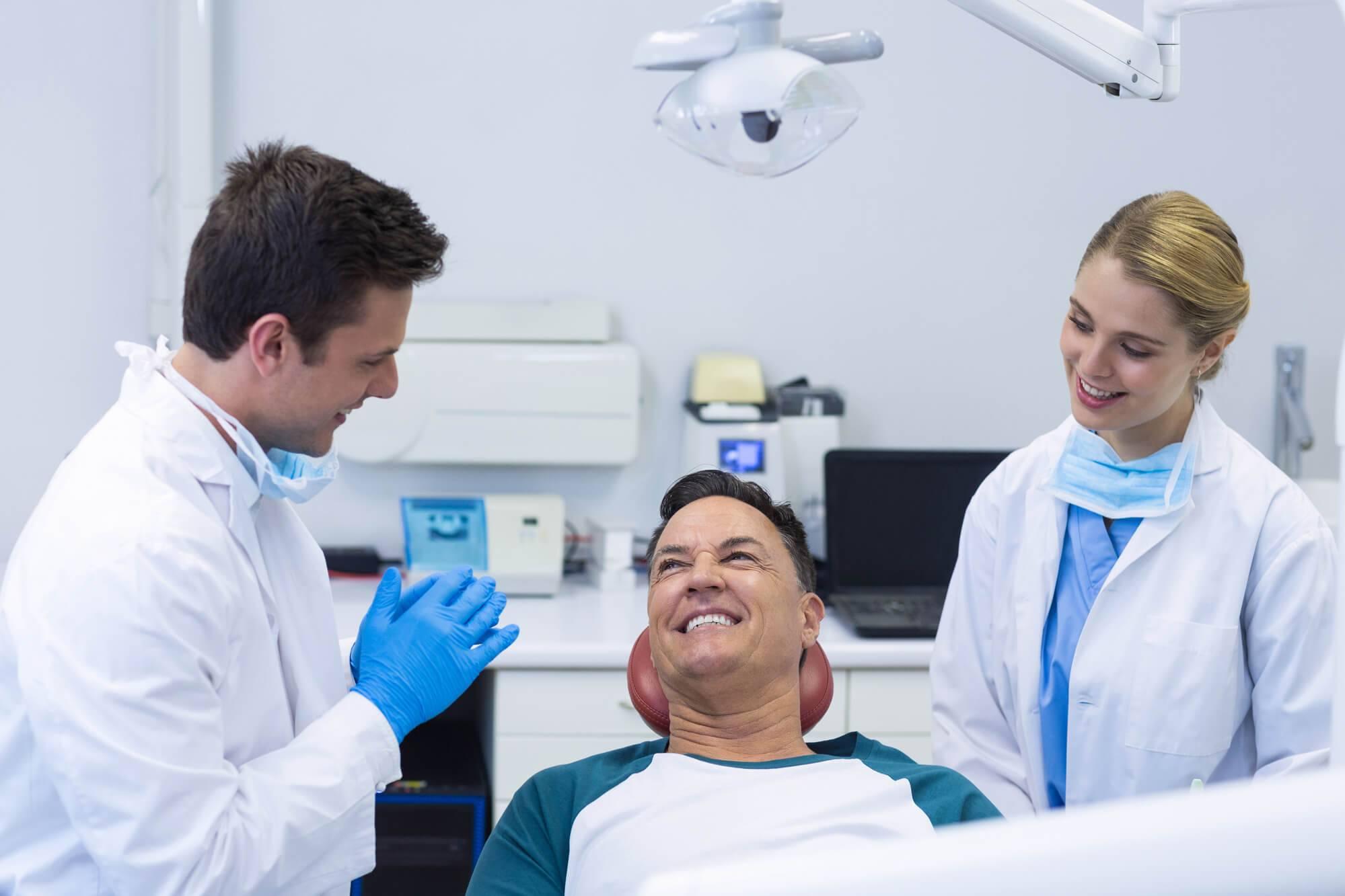 Dente encavalado: entenda as causas e opções de tratamento